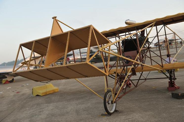 Reproduction de l avion « Feng Ru II », fabriqué en 1910 par Feng Ru, le  premier concepteur d avions chinois. Le plus ancien modèle de l exposition. d04bb7a9b13